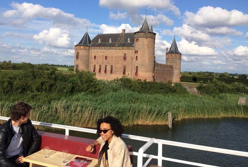 groepsuitje met boot naar kasteel Muiderslot